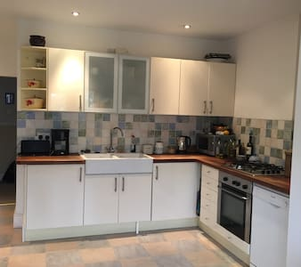 Cosy yet spacious four-double bedroomed house. - Bristol - Ház