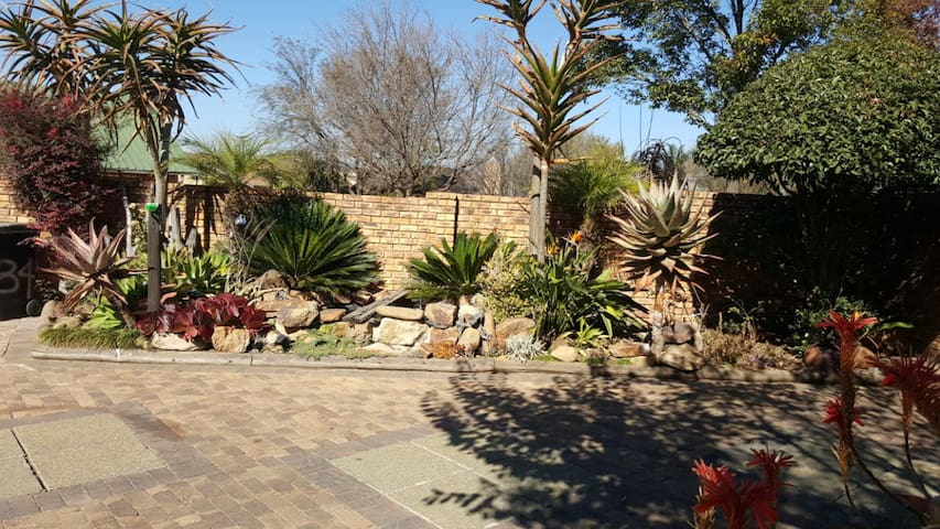 Cozy home close to OR Tambo 1