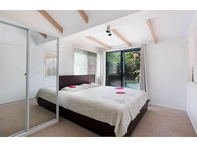 Queen-size room+ ensuit by the pool - Molendinar