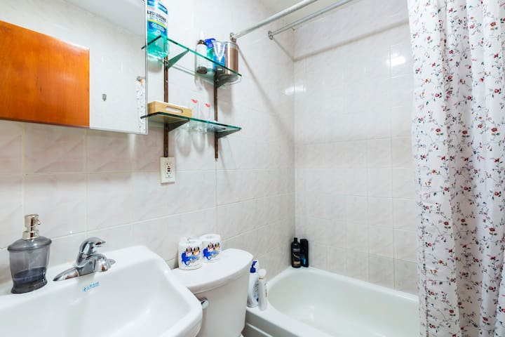 Convenient clean downtown private room + BREAKFAST