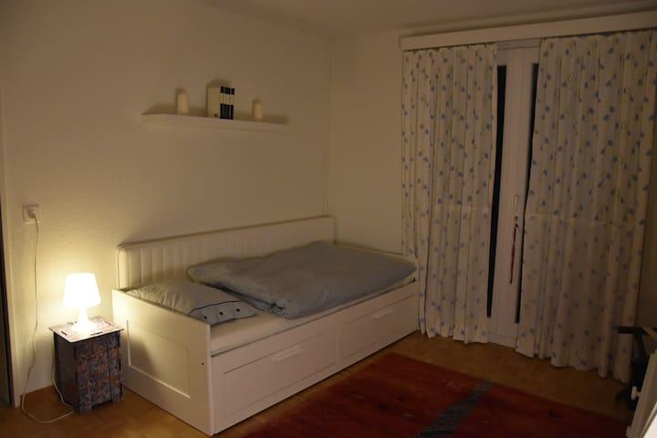 Zimmer bei junger Familie - Münchenstein - บ้าน