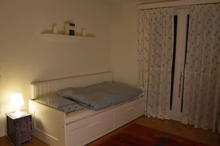 Zimmer bei junger Familie - Münchenstein - Rumah