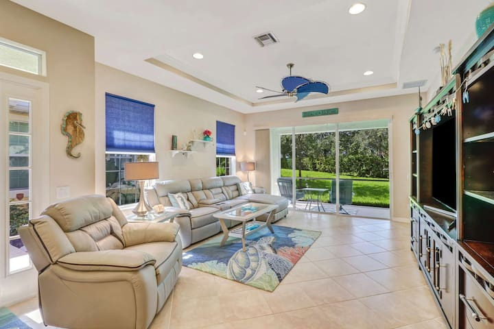 Close to Beach, Lovely Villa, Gated Community, Full Amenities, Dining, Shopping; Free Parking & WiFi