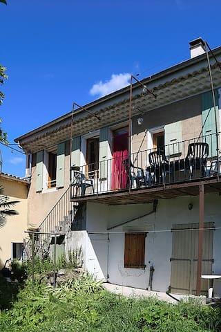 GITE 6 PERSONNES AU COEUR DU VILLAGE - Bourdeaux - Apartmen