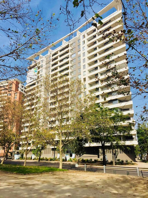 El edificio cuenta con 18 pisos, en la terraza esta ubicada la piscina la cual funciona en la temporada estival de Chile (Noviembre a Febrero)