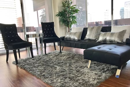 Luxury HighRise,walk to ToyotaCenter & GRB+Parking - Houston - Apartment