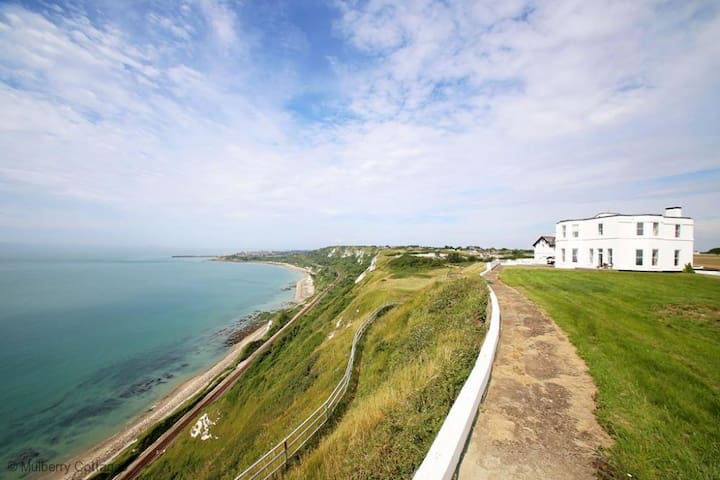 Abbots Cliff House Sleeps 10 is situated on the most dramatic of cliff top locations. - Capel Le Ferne