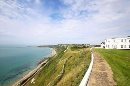 Abbots Cliff House Sleeps 10 is situated on the most dramatic of cliff top locations. - Capel Le Ferne - House