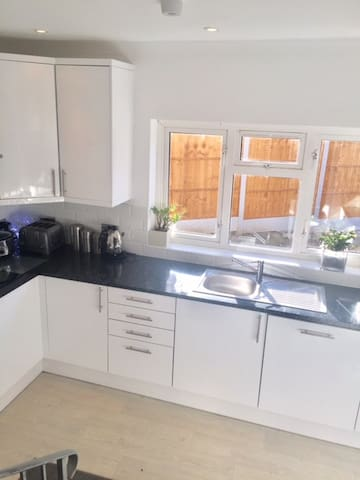 Room in Modern house close to Brentwood High St - Brentwood - Hus