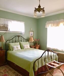 #3 William&Mary Room