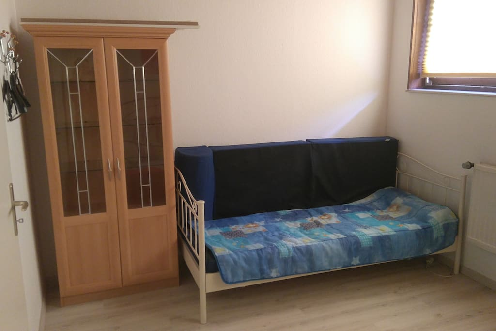 Schlafzimmer mit zus. Einzelbett