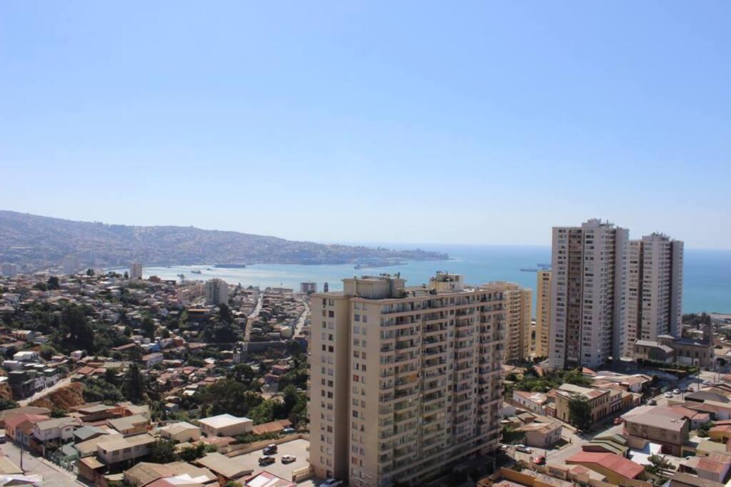 Vista panorámica a la Bahía de Valparaíso desde azotea y quinchos