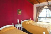 Habitación triple con colchones con resortes y blanqueria 100% algodón