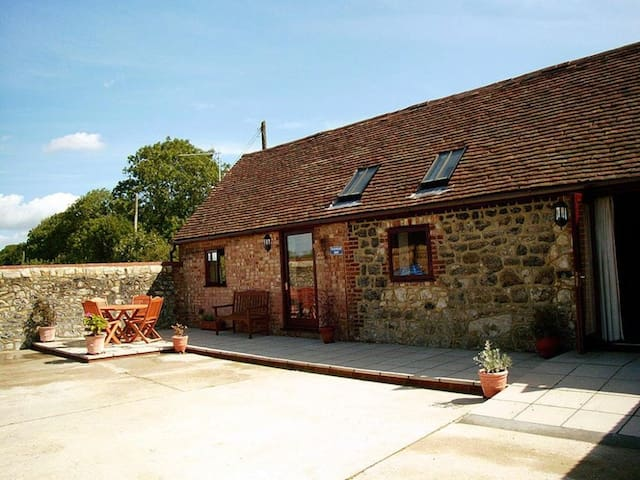 Tilmangate Barn Sleeps 3, is surrounded by woodland, orchards and arable farmlands. - Ulcombe - Dom