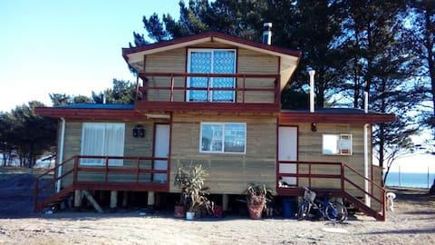 Linda casa de madera frente a playa de Arauco.