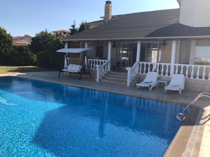 Havuzlu 300m2 lüks villa