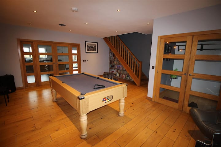 Exclusive 5 bed house,hot tub, games room, balcony