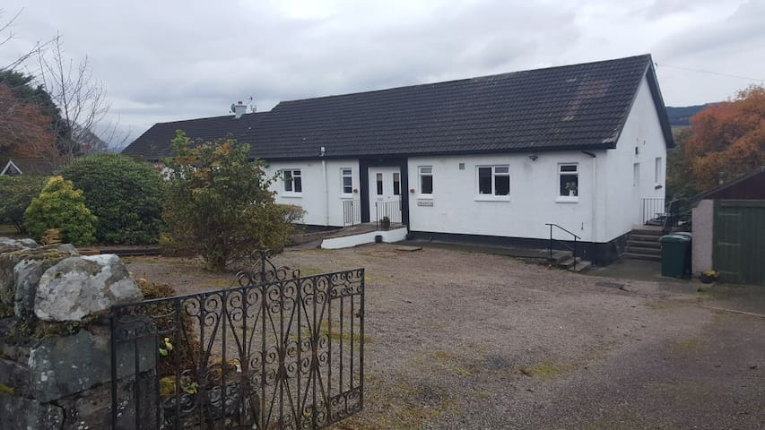 Spacious 4 bedroom bungalow close to town centre