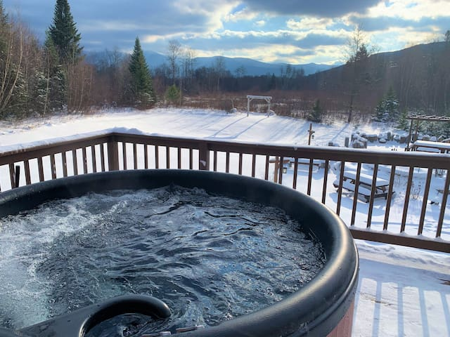 "1800ML: ""As Seen on TV"" Private home with SPECTACULAR scenery, HOT TUB, beach, fishing, pool table, outdoor kitchen, fire pit! 1 mi to ski area. Discounted ski tickets! Great for weddings/events. On site trails!"