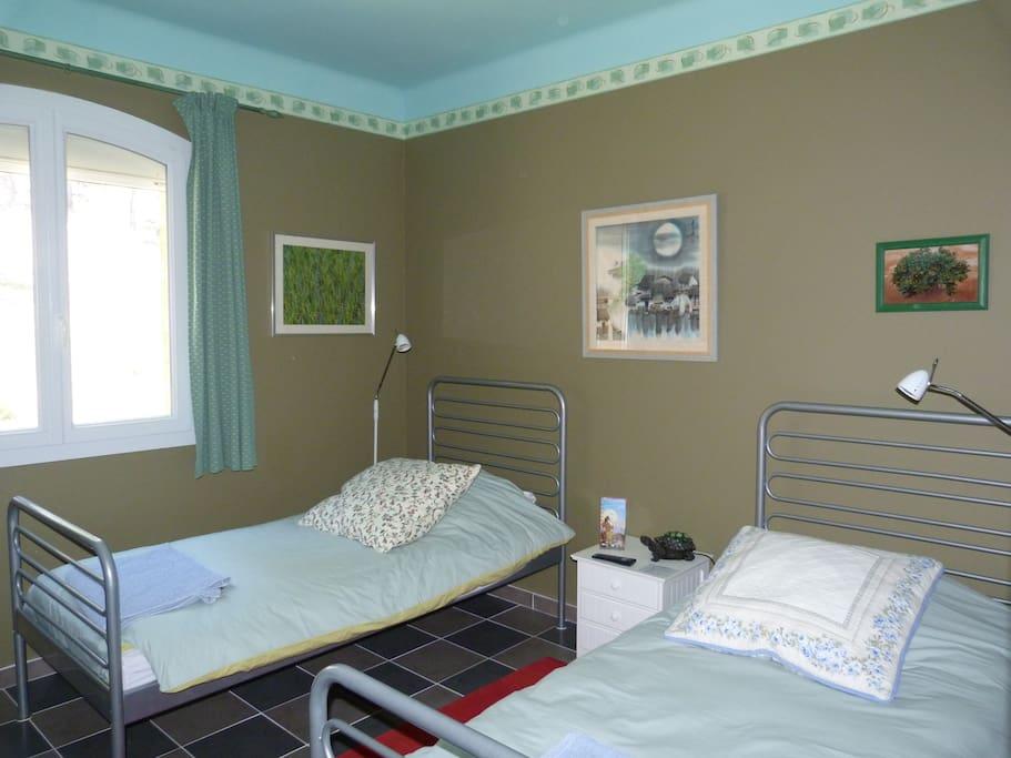 Chambre sauge – 2 lits simples, TV, climatisation