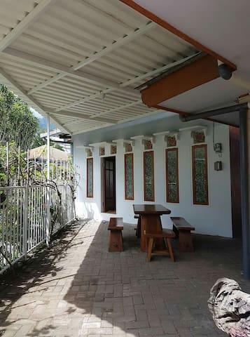 RK putih Couch Room (Villa Kodok) - Prigen, Pasuruan - 家庭式旅館