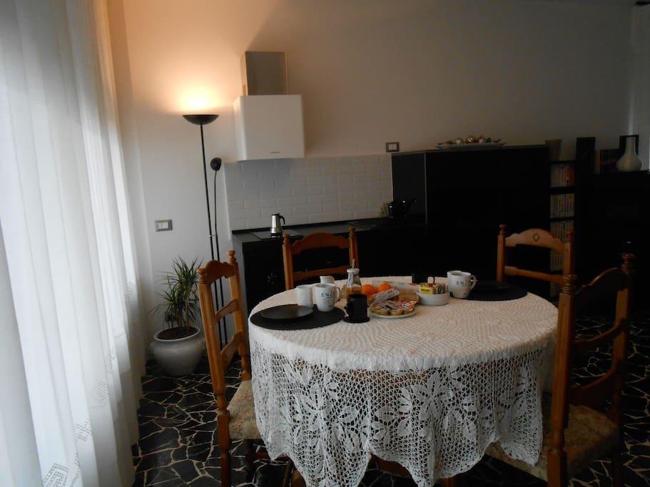 cucinetta e ampio tavolo per colazione/Kitchenette with wide table for your breakfast