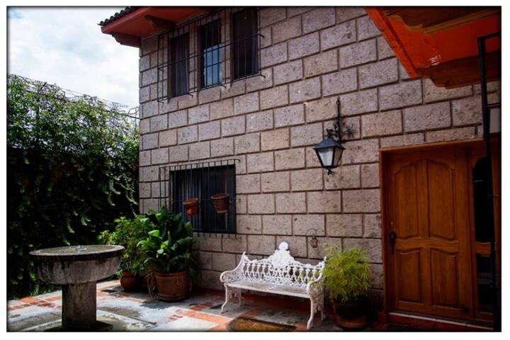 Habitación en casa tipo Colonial centrica