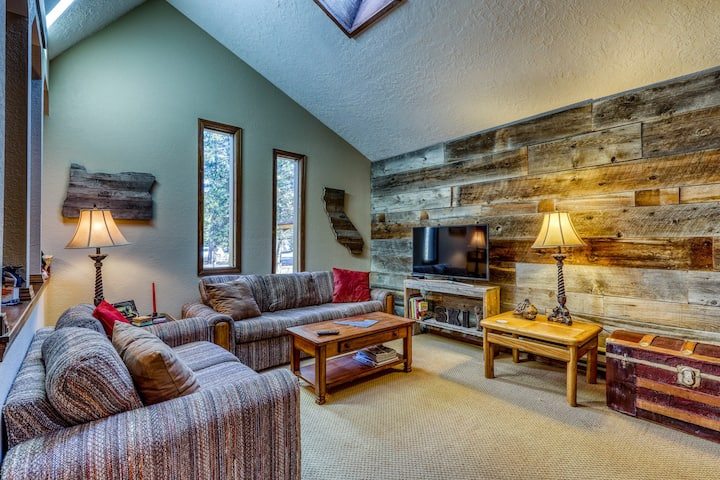 Charming & rustic condo w/gas fireplace - close to downtown McCall!