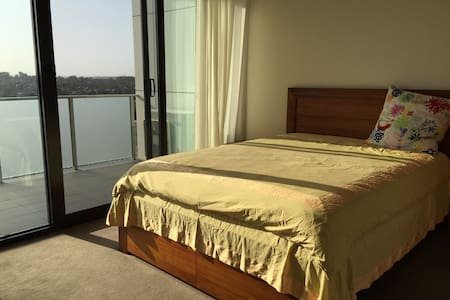 Sunshine easeful queen bed room - Doncaster East - 公寓