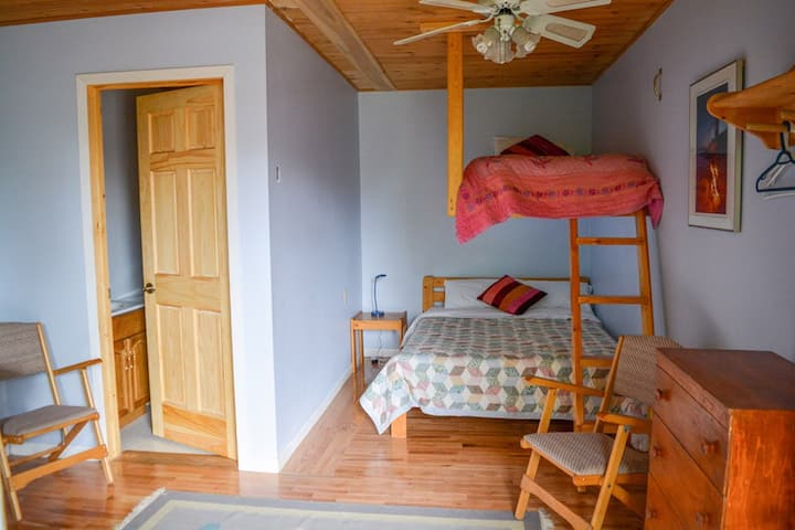 A room for dog-lovers at Smoothwater Lodge