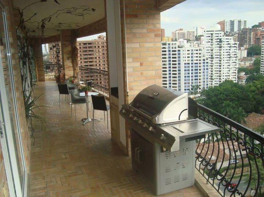 Balcon de 17 metros de largo con vista a la ciudad y las mantañas