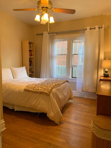 Main room with a comfy double bed