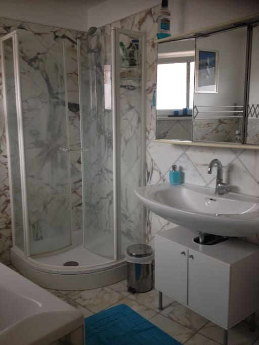 Badzimmer 1 Dusche und Waschbecken