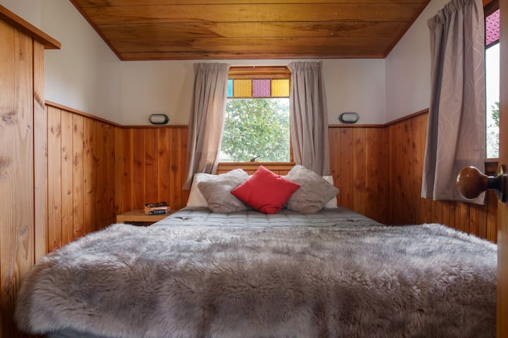 Chalet on the cupst to the Tongariro National Park, in the heart of National Park Village .  Three bedrooms , sleeps up to 7 people. No cleaning required- one price per night, no hidden charges