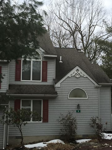 Charming 4 Seasons Town Home w/Great Location