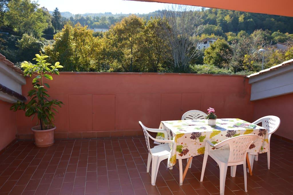 la terrazza dove si trova l'ingresso dove si puo mangiare godendosi il silenzio e la bellezza del paesaggio