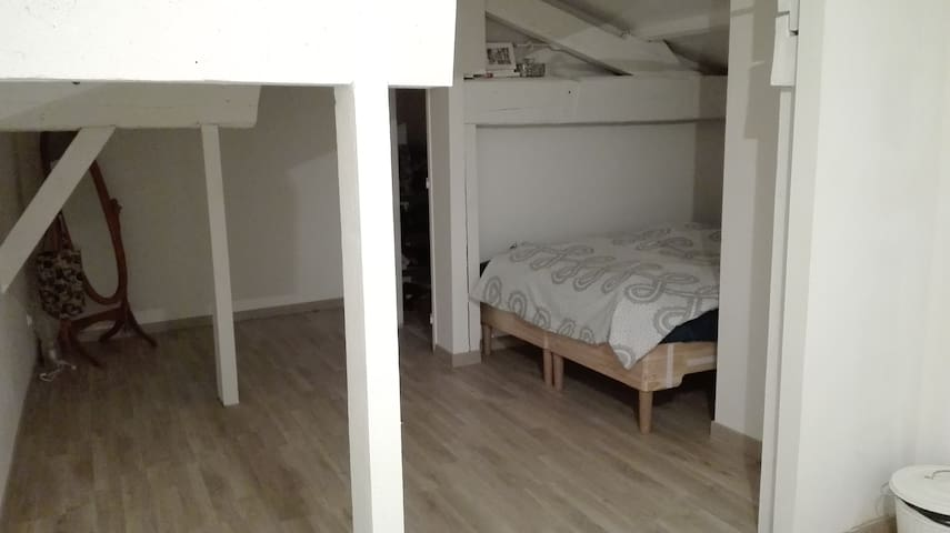 2 privates room next to lakes - Izon - Huis