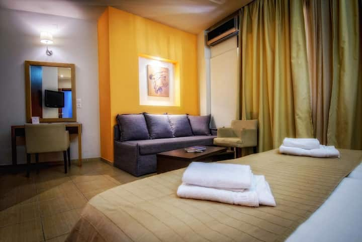 Triple Central Room with fast Wi-Fi & Breakfast