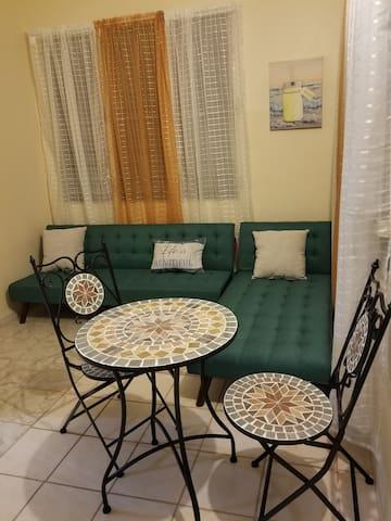 Sala con 2 futones q abren para dormir 2 personas. Pequeña mesa de comedor para su desayuno.