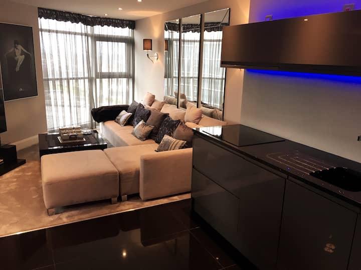 Luxury City Living - 2 Bedrooms - Free Parking