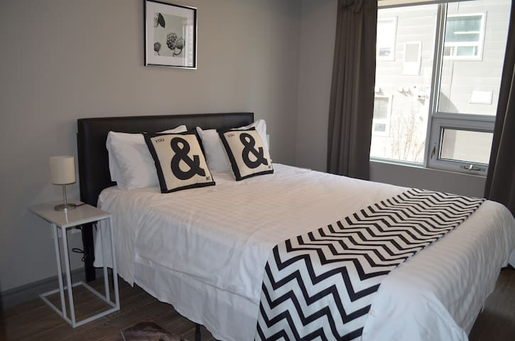 Deluxe furnished 1 Br + den Condo by Laurier!