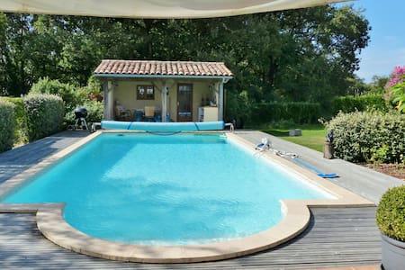 Moderna villa a Comberouger, offre una piscina