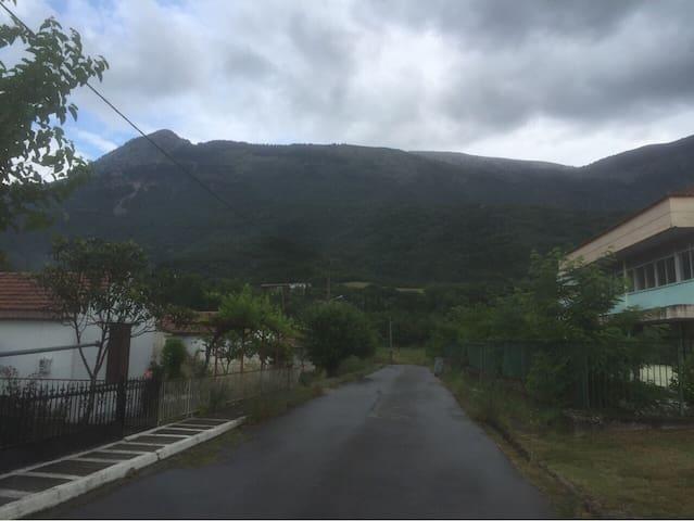 θέα μέσα από το χωριό