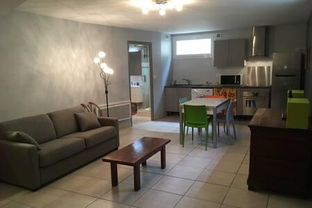 Studio meublé grande surface au calme.