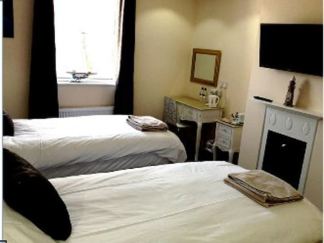 Queen Phillippa B&B - Twin Room Deluxe En-suite