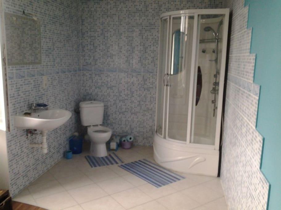 Salle de bain privée avec chambre double