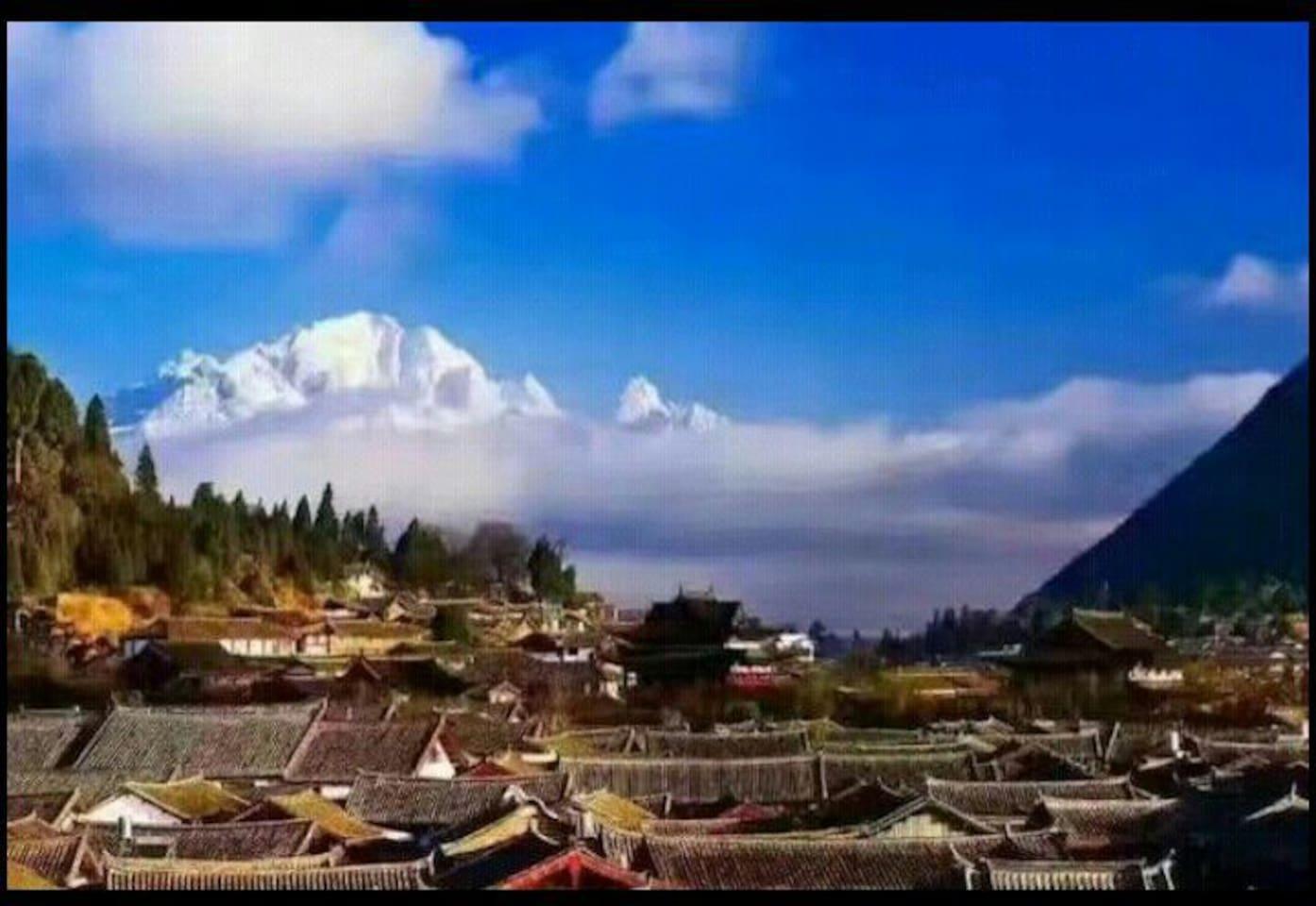 客栈观景台观看雄伟的玉龙雪山和部分古城晚上的夜景