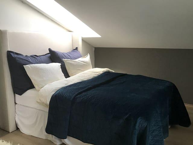 Soverom med seng 150 , deilige dundyner 140x 220 , klesstativ, hengere og tv med chromecast