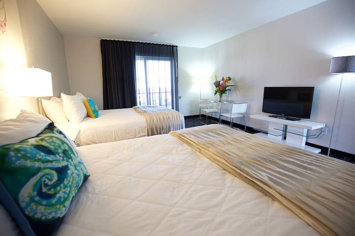 Oceanfront property. Room sleeps 4.  2 queen beds. - Cape May - Otros