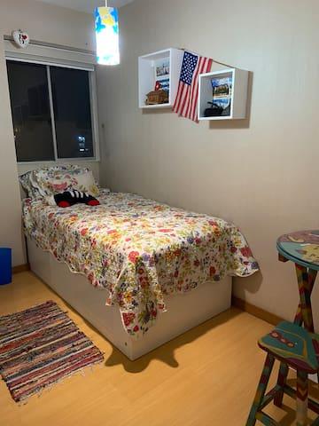 Habitación Individual, si deseas puedo colocar la mesita con un banco o la puedo retirar y dejar un estante de espacios libres.
